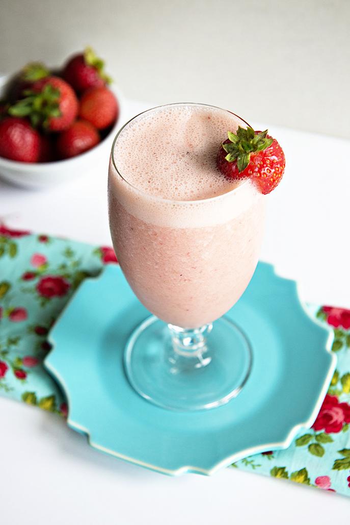 Syrlig smoothie med färska jordgubbar