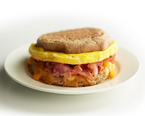 Frukostmacka med ägg, skinka och ost