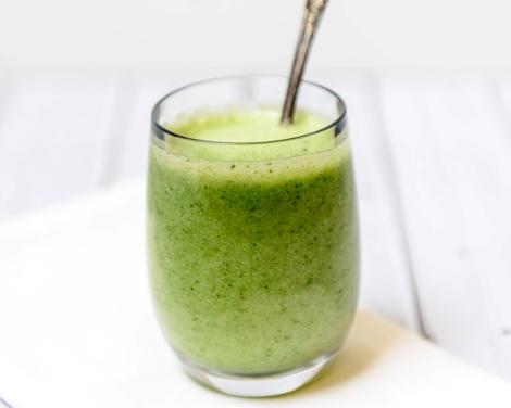 Nyttig smoothie med gröna äpplen och kål